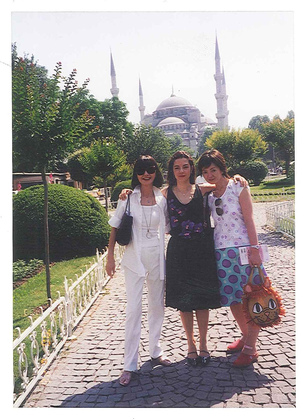 左: 大内順子氏 右: 高橋由美香氏(『ファッション通信』ディレクター)|『ファッション通信』の取材でトルコのブルーモスクを背景に。