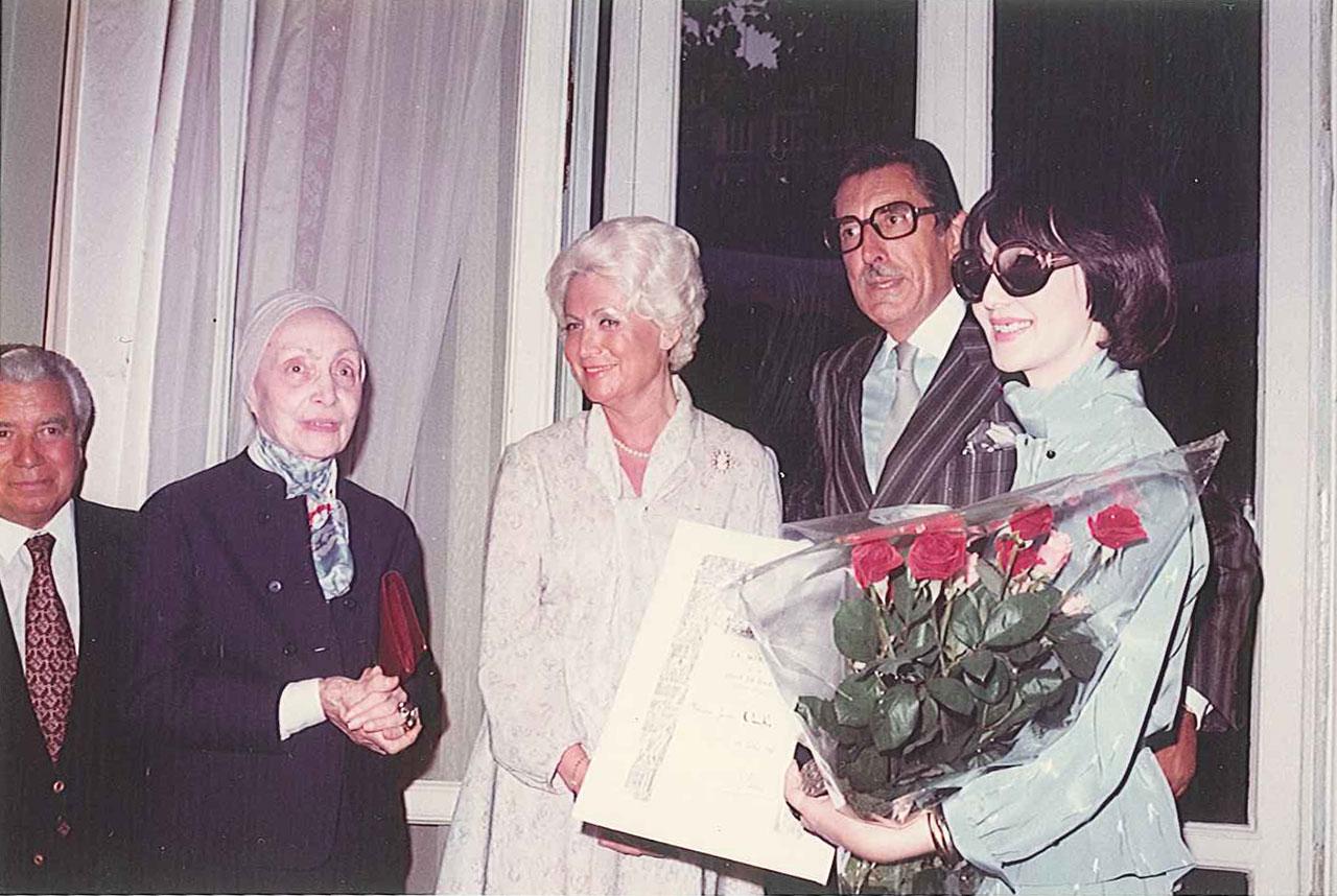 1980年 パリ市のメダイユ賞する大内順子氏。(左から)パリ副市長、伝説のデザイナー マダム・グレ氏、パリ オートクチュール協会 会長、ジャックム・クリエ氏、大内順子氏
