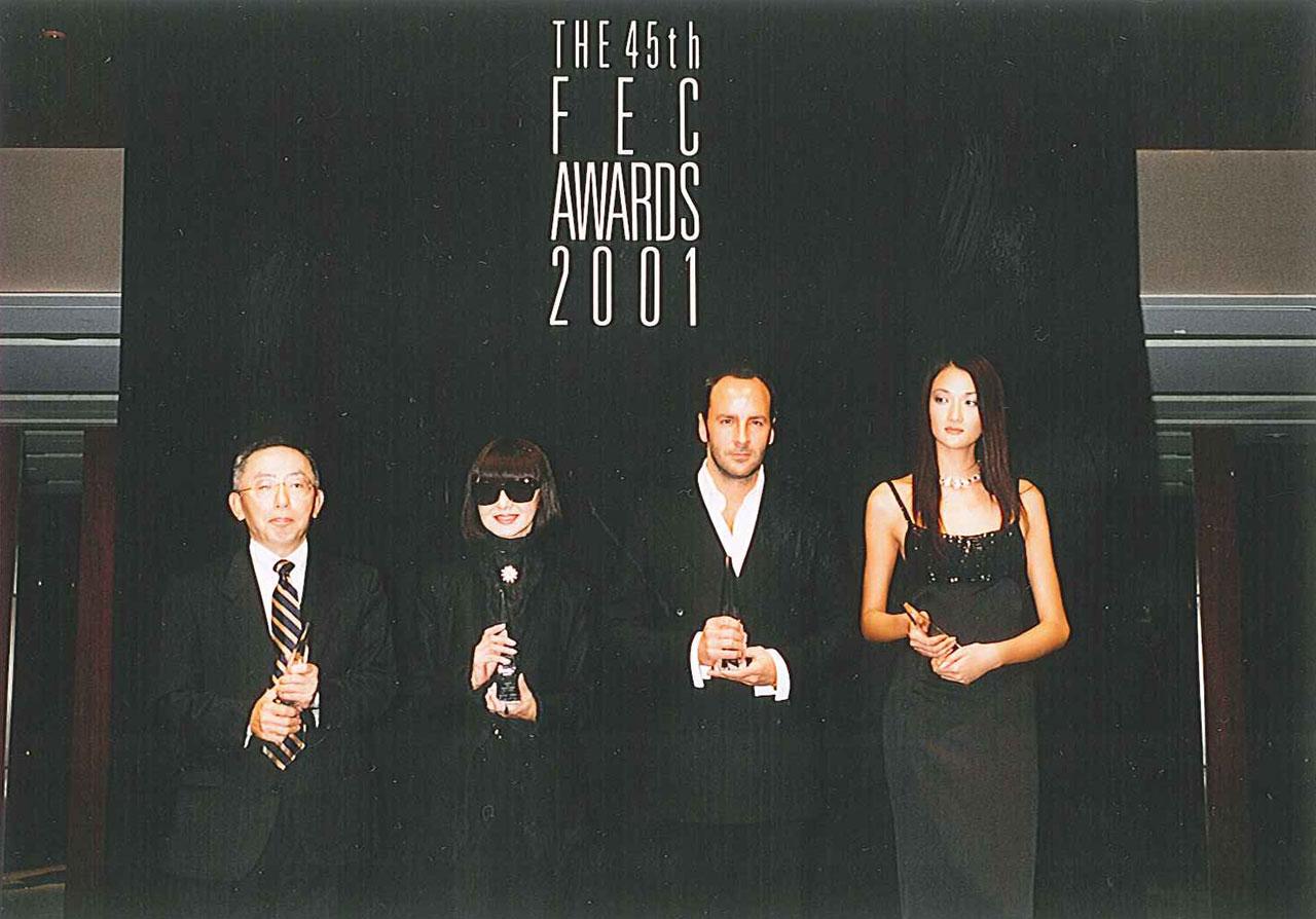2001年 FEC賞 (左から)ユニクロ社長の柳井正氏、大内順子氏、デザイナーのトム・フォード氏、モデルの冨永愛氏