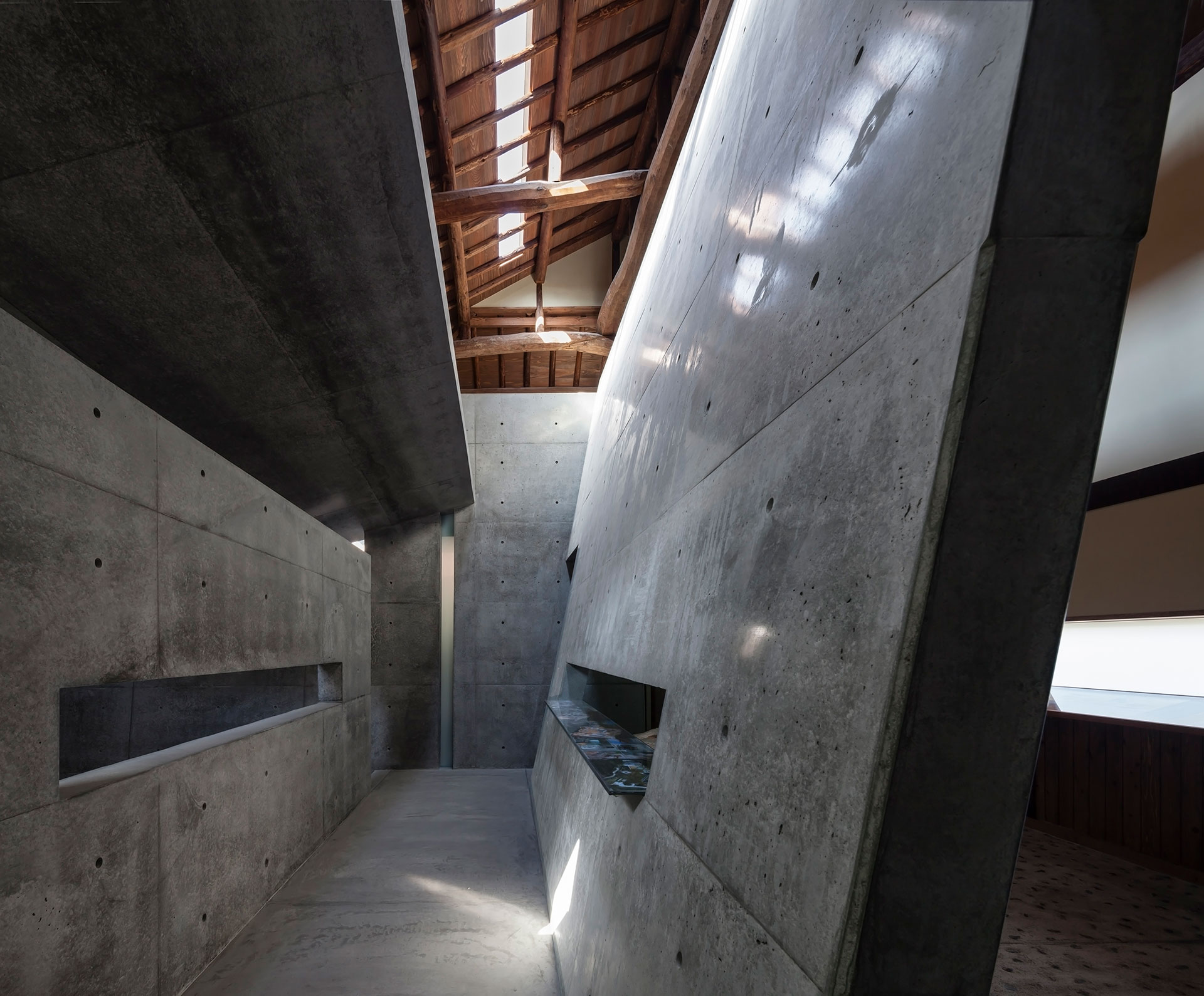 ANDO MUSEUM (2012/2013) 撮影: 小川重雄 「直島にある ANDO MUSEUM は、築100年、木造2階建ての民家の内部にコンクリートのボックスが入れ子状に組み込まれている」 / ANDO MUSEUM (2012/2013) Photo: Shigeo Ogawa 'The Ando Museum in Naoshima is a two-story, 100 year old, wooden house with concrete blocks incorporated inside'