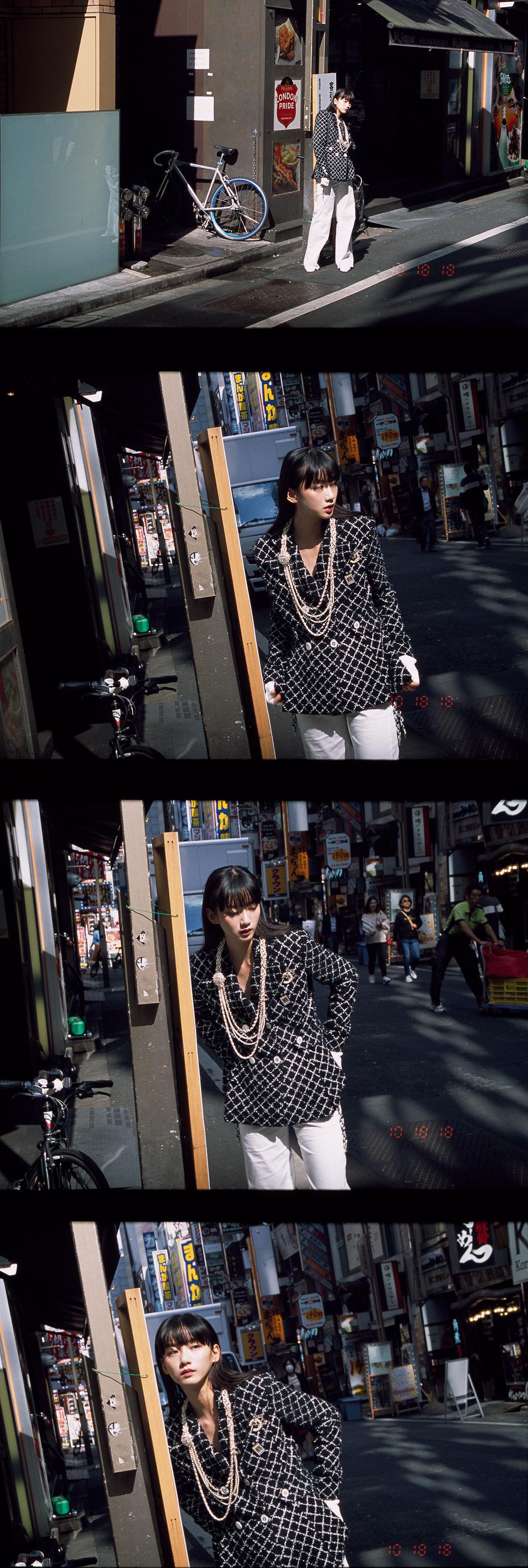 ジャケット ¥880,000、パンツ ¥293,000、フィンガーレスグローブ ¥92,000、シューズ ¥91,000、ネックレス ¥440,000、ジャケットにつけたブローチ (ロゴ) ¥57,000、ジャケットにつけたブローチ (香水ビン) ¥62,000、全て Chanel (シャネル)