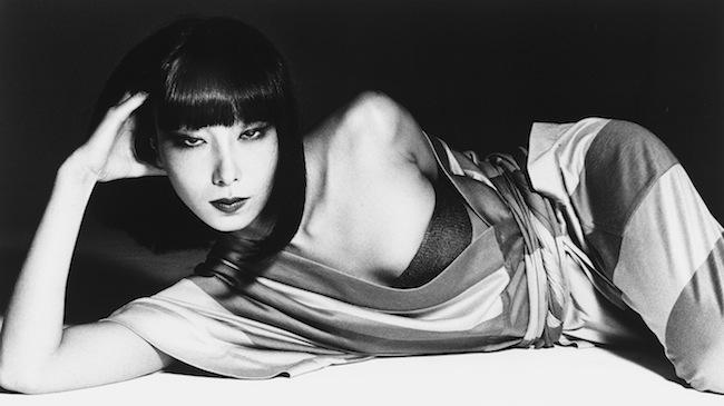 「三宅一生『馬の手網』を着た小夜子」 撮影:横須賀功光 1975年