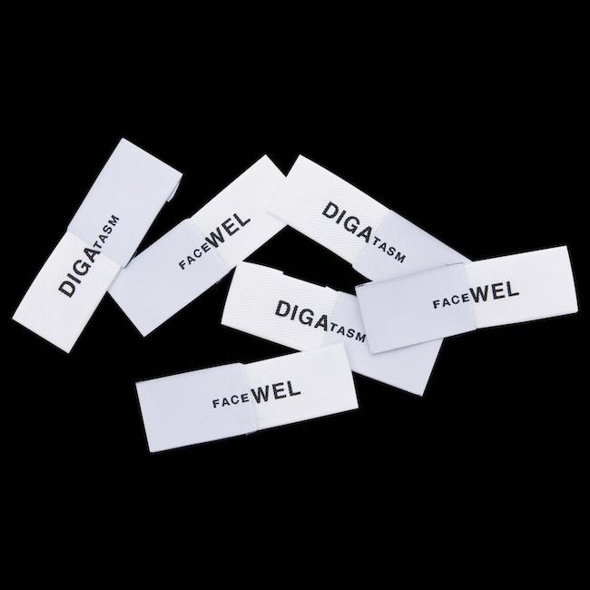 DIGAWELL と FACETASM のブランドタグを半分ずつ繋げたユニークなコラボタグ。| © Dover Street Market Ginza