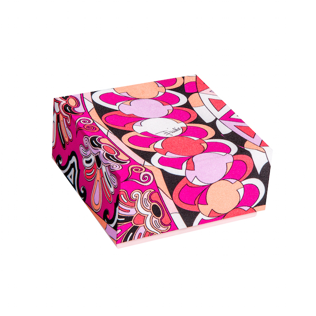 限定マカロンボックス「カプリ」(シルク・ボックス) ローズ・コライユ 8個入り ¥4,200 | © LADURÉE