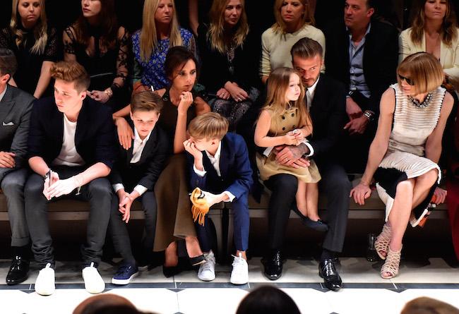 (左から) Brooklyn Beckham (ブルックリン・ベッカム)、Cruz Beckham (クルーズ・ベッカム)、Victoria Beckham (ヴィクトリア・ベッカム)、Romeo Beckham (ロメオ・ベッカム)、Harper Beckham (ハーパー・ベッカム)、David Beckham (デヴィッド・ベッカム)、Anna Wintour (アナ・ウィンター) | © Burberry