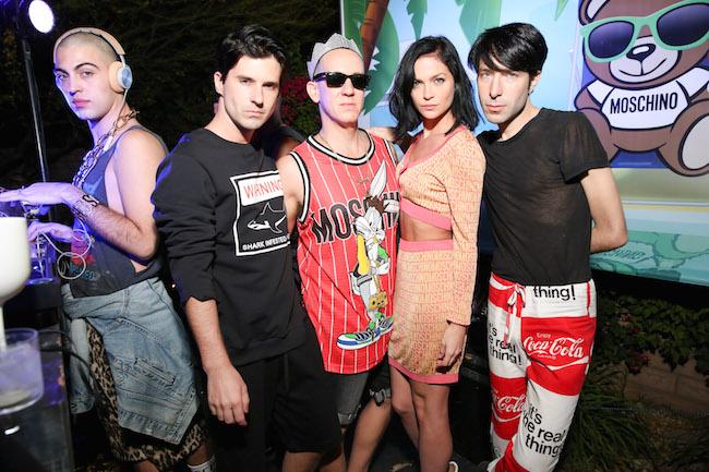 ニューヨークの人気DJトリオ、The Misshapes (ザ・ミスシェイプス) とデザイナーの Jeremy Scott (ジェレミー・スコット)。| © Moschino
