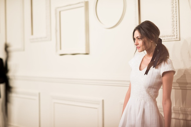 女優の Phoebe-Tonkin (フィービー・トンキン)。| © Chanel