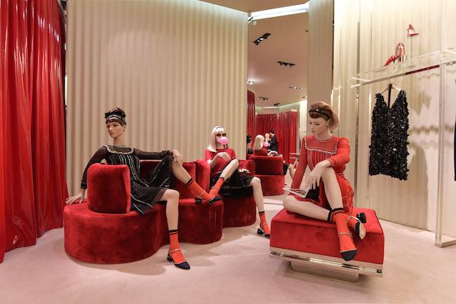 パリのプラダ フォーブル・サントノレ店から、北京のプラダIn88店にてディスプレイされている  Milena Canonero による作品   © Prada