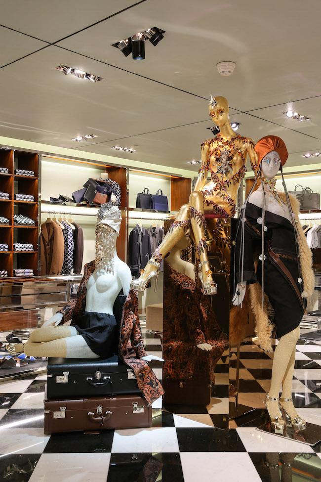 ニューヨークのプラダ ブロードウェイ店からプラダ チャイナ・ワールドモール店にて展示されている Michael Wilkinson & Tim Martin によるディスプレイ   © Prada