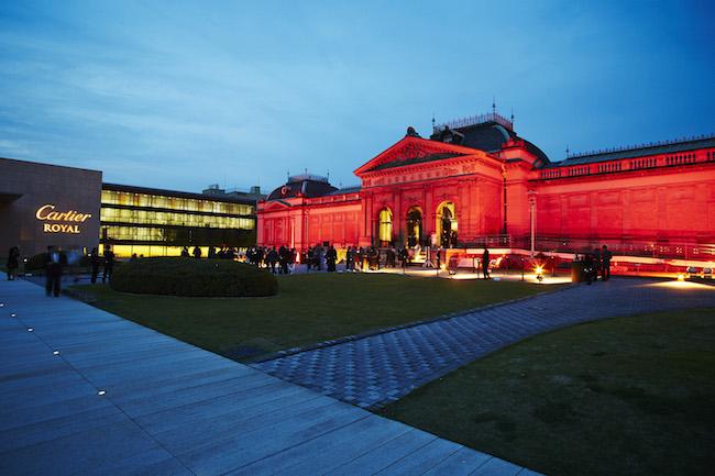 ブランドカラーであるレッドに照らされた、京都国立博物館内 明治古都館