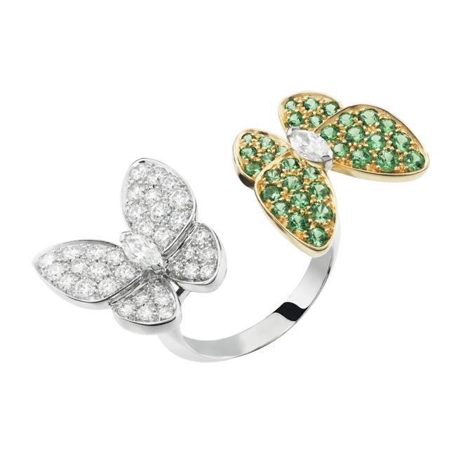 ドゥ パピヨン「アントレ レ ドア」リング (WG × YG、ツァボライトガーネット、ダイヤモンド) ¥ 2,575,000   © Van Cleef & Arpels
