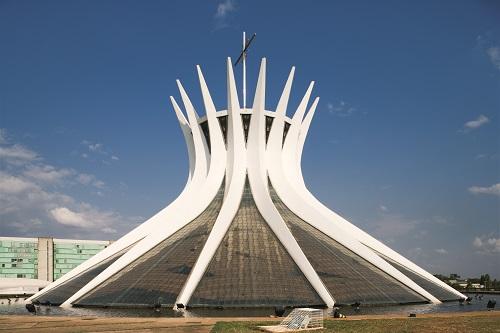 オスカー・ニーマイヤー《ブラジリア大聖堂》Photo: Leonardo Finotti