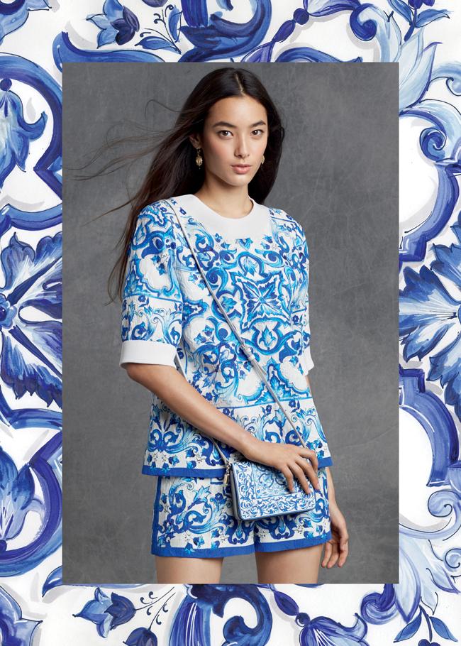 トップス ¥ 159,000、ショーツ ¥ 139,000、バッグ ¥ 119,000 | © Dolce & Gabbana