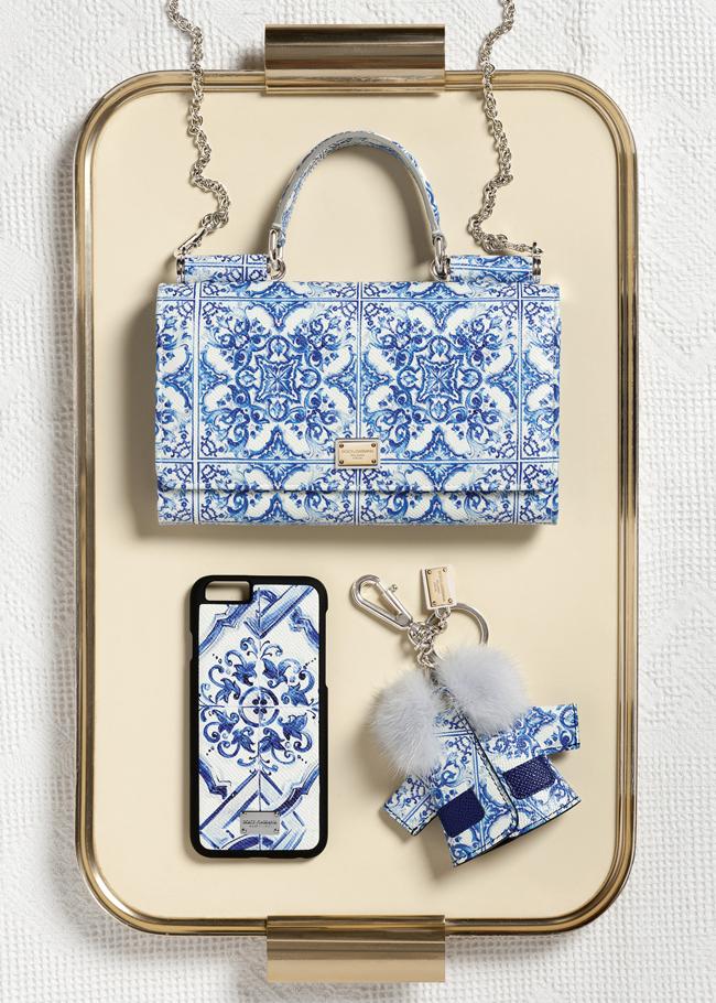 バッグ ¥ 140,000、iPhone ケース ¥ 19,000、バッグチャーム ¥ 46,000 ※ iPhoneケースはデザインが変更になる可能性があります | © Dolce & Gabbana