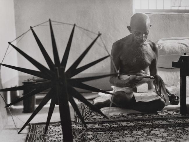 「ガンジー」インド 1946年 Indian leader Mohandas Gandhi reading next to a spinning wheel at home. Image by Margaret Bourke-White | © Time Inc. All rights reserved.