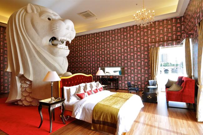 西野達 「The Merlion Hotel」 2011/2013年 ライトジェットプリント h.140 x w.200 cm | © Tatzu Nishi Courtesy of ARATANIURANO