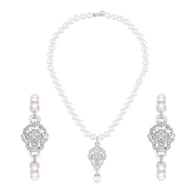 (左右同じ) Sous le Signe du Lion ブレスレット (WG、ダイヤモンド 1.14 ct、パール) ¥ 1,712,500 (中央) ネックレス (WG、ダイヤモンド 1.41 ct、パール) ¥ 2,722,500 | © Chanel