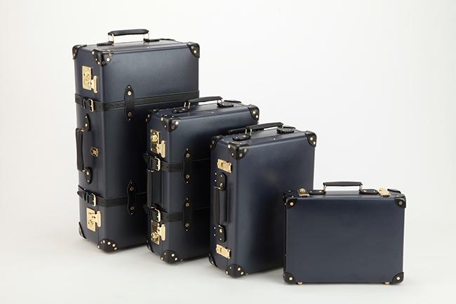 (左から) 30インチ エクストラディープスーツケース ¥320,000、21インチ トロリーケース ¥260,000、18インチ トロリーケース ¥230,000、16インチ スリムアタッシェケース ¥180,000