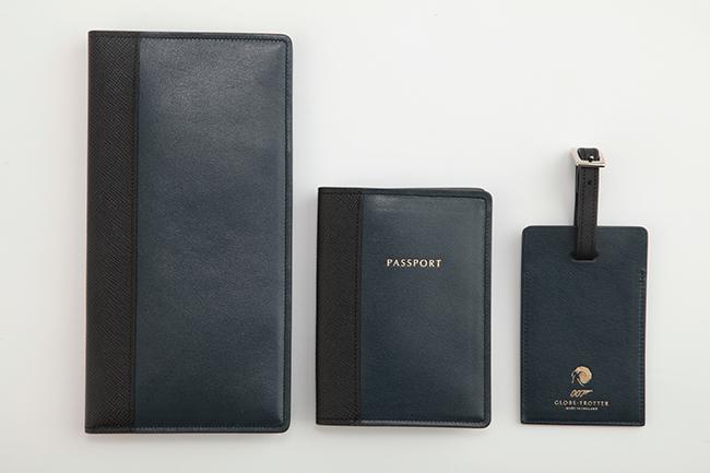 (左から) トラベルウォレット ¥75,000、パスポートカバー ¥35,000、ラゲッジタグ ¥30,000