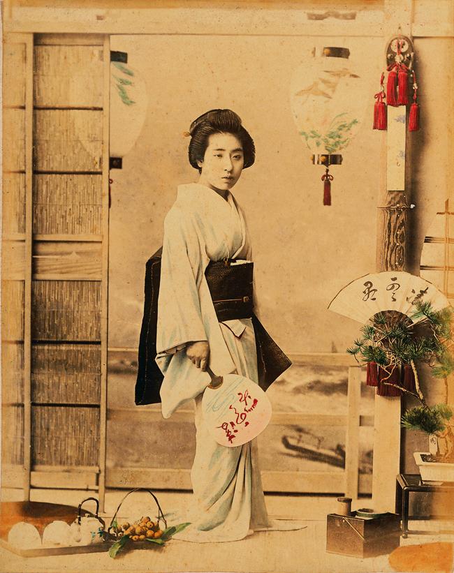 小川一眞 「凌雲閣百美人」小と代 写真(鶏卵紙に彩色)、1891年(明治24)、江戸東京博物館蔵