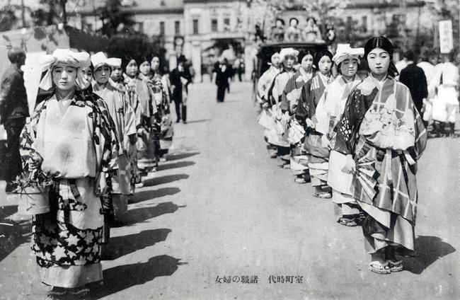 室町時代<諸職の婦女>を再現した染織祭の女性時代衣装行列 1933年(昭和8年)撮影 公益社団法人 京都染織文化協会蔵