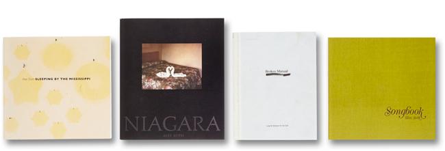 3つの絶版 (『Sleeping by the Mississippi』『Niagara』『Broken Manual』を含む4つの代表作品集のミニサイズ復刻版をセット | © Alec Soth 2015 courtesy MACK