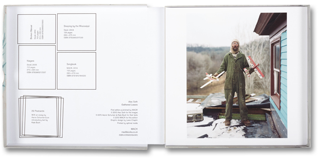 展覧会で展示した作品から選ばれたイメージが表面に印刷されたポストカード。裏面には Aaron Schumann によるエッセイを掲載 | © Alec Soth 2015 courtesy MACK