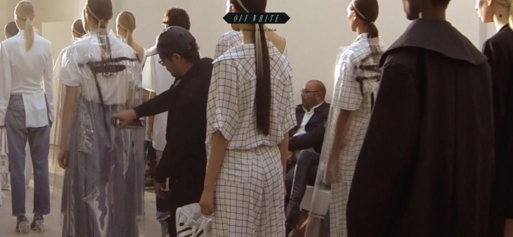 観客に扮したモブがスプレーでモデルにペイントするパフォーマンスは、Alexander McQueen (アレキサンダー・マックイーン) 1999年春夏コレクションを彷彿とさせる。