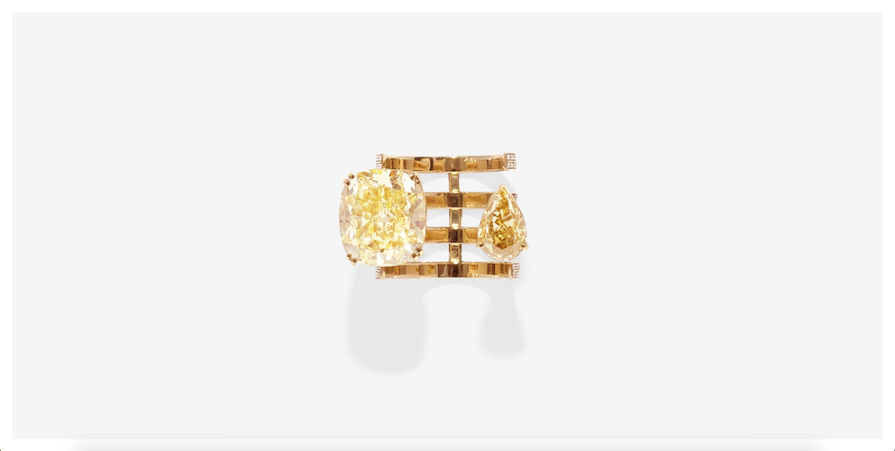 クッションカットとペアシェイプのイエローダイヤモンドが指を左右から包み込む、トロンプイユのようなデザインのリング。「Serti sur Vide」シリーズより。| Image via www.repossi.com