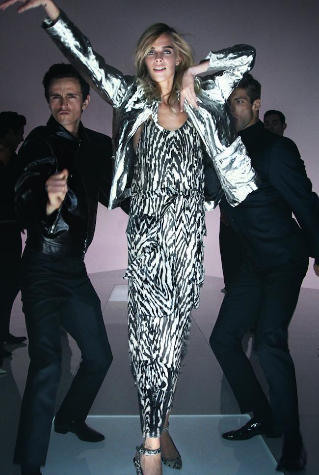 これまでロンドンでファッションショーを開催してきた Tom Ford は2016年春夏コレクションにてミュージックビデオ形式のプレゼンテーションを開催。また来季2015-16年秋冬コレクションはニューヨークにてショーを開催することが発表された。