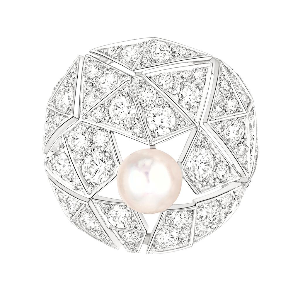 「Muse de Chanel (ミューズ ドゥ シャネル)」リング (WG、ダイヤモンド計4.86ct、パール) ¥ 5,157,000 (税込参考価格)