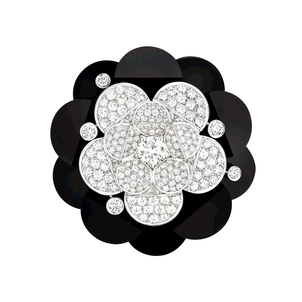 「Tuxedo (タキシード)」ブローチ (WG、ダイヤモンド計6.44ct × オニキス) ¥ 21,627,000 (税込参考価格)