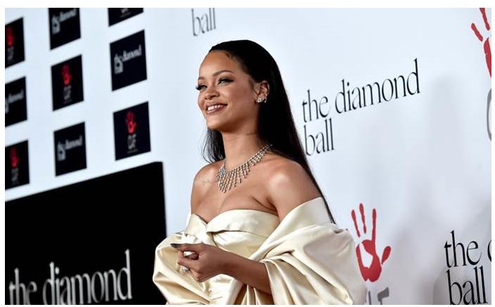 12月10日に開催された自身のチャリティ基金「クララ・ライオネル基金」のガライベント「ダイヤモンド・ボール」にて Cartier (カルティエ) のジュエリーを着用する Rihanna。| © Cartier