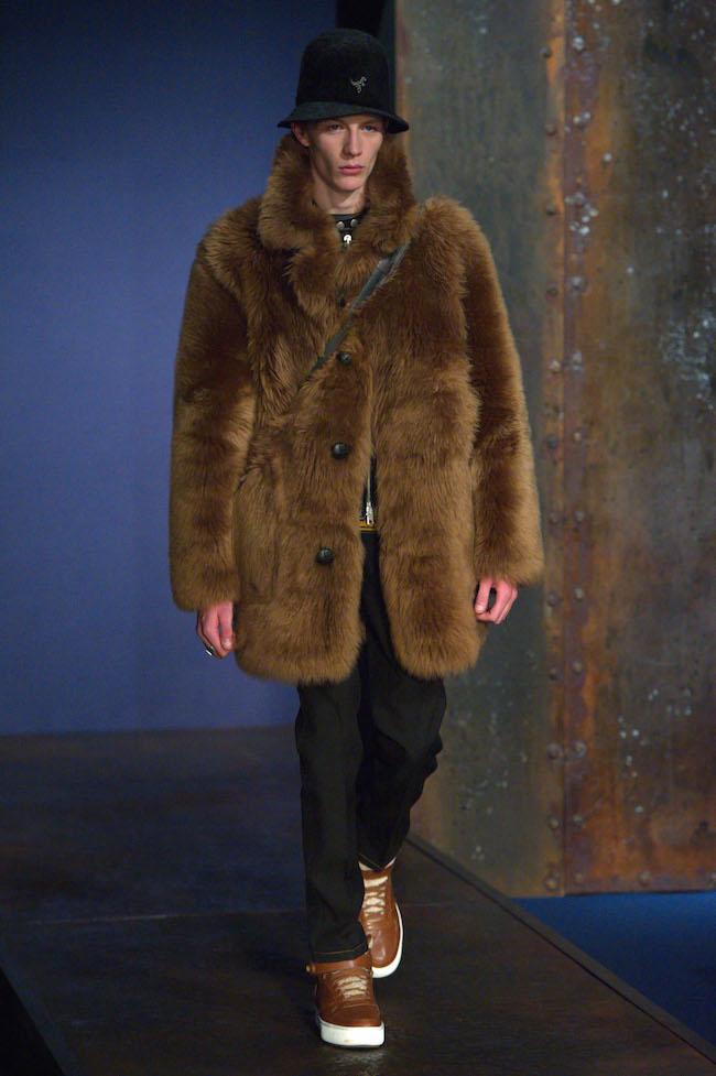 ファーストルックは今季最も注目を集めるメンズモデルの Finnlay Davis (フィンレイ・デイヴィス) | © Coach