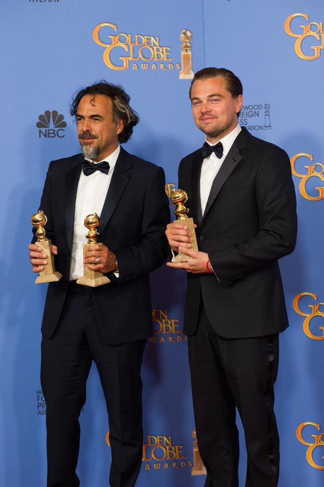 監督の Alejandro Inarritu (アレハンドロ・イニャリトゥ) とLeonardo DiCaprio (レオナルド・ディカプリオ)。DiCaprio は Giorgio Armani (ジョルジオ アルマーニ) のタキシードをを着用 | © HFPA