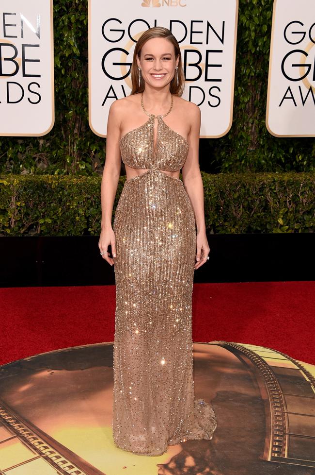Brie Larson (ブリー・ラーソン)。ウエストラインがセクシーなゴールドドレスは Calvin Klein Collection (カルバン・クライン コレクション)。 | © GettyImages