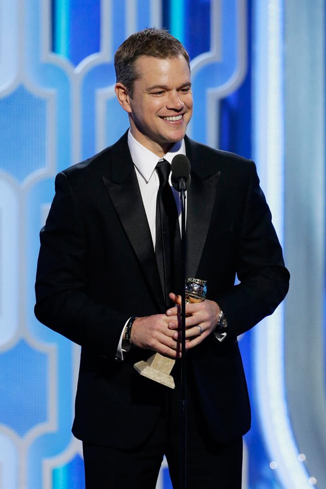 Matt Damon (マット・デイモン)。ピークドラペルがエレガントなタキシードは Versace (ヴェルサーチ)、手元に輝くタイムピースは Piaget (ピアジェ) の「PIAGET GOUVERNEUR (ピアジェ グベナー)」| © PIAGET