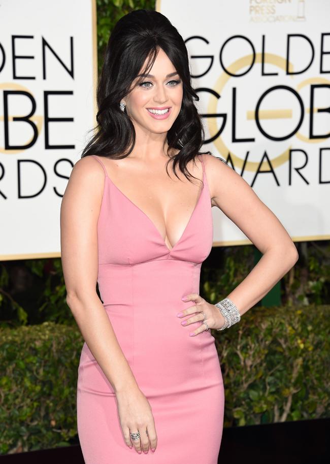 シンプルなドレスで開いたデコルテラインにネックレス…ではなくあえてイヤリングとブレスレットでフレッシュなスタイリングに。Harry Winston (ハリー・ウィンストン) を着用した Katy Perry (ケイティ・ペリー) | © GettyImages