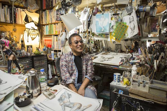 アトリエにて撮影。雑然としたワークスペースは、ファンにはたまらないお宝の山。| Photography Yusuke Miyashita