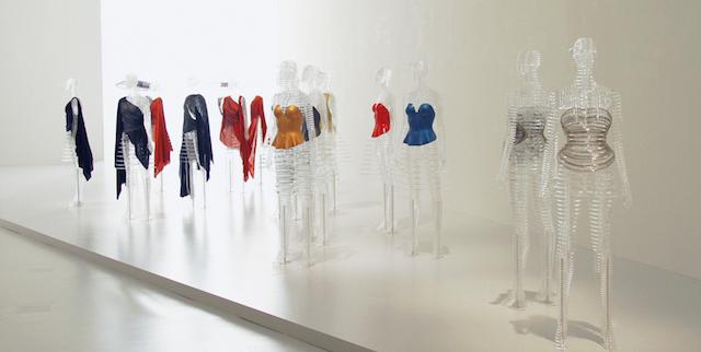1980年から1985年に発表されたコレクションのアーカイブから、身体のシルエットを象徴的に表現したボディ作品。空間デザインは吉岡徳仁が担当。