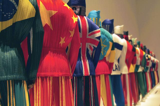1993年春夏コレクションにて発表された「仮想オリンピック」。ポリエステル素材に各国の国旗をプリントし、プリーツ加工が施されている。