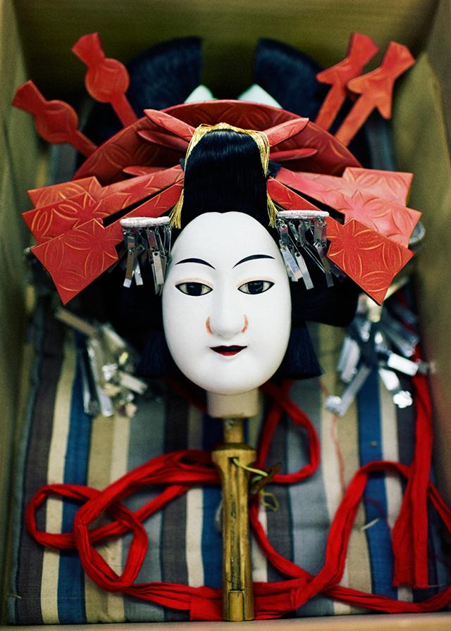 第一幕、第二幕に登場する遊女人形の首(かしら)、かんざしは舘鼻制作(革工芸) Photographs by GION
