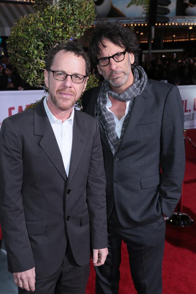 (左) イーサン・コーエン (右) ジョエル・コーエン | © Universal Pictures