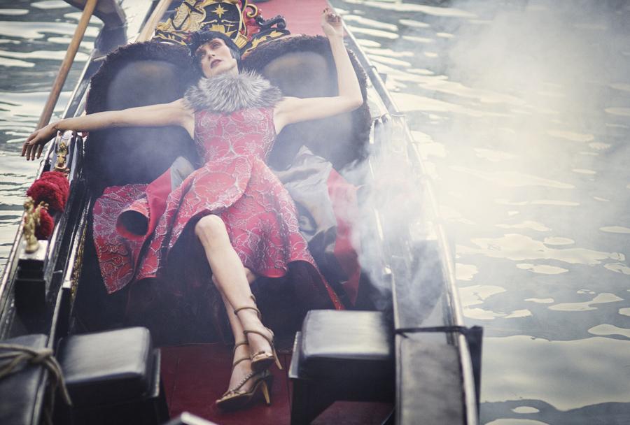 Alberta Ferretti のリミテッドエディションを纏うモデルの Malgosia Bela (マルゴシア・ベラ)。Luigi & Iango (ルイージ&イアンゴ) 撮影。