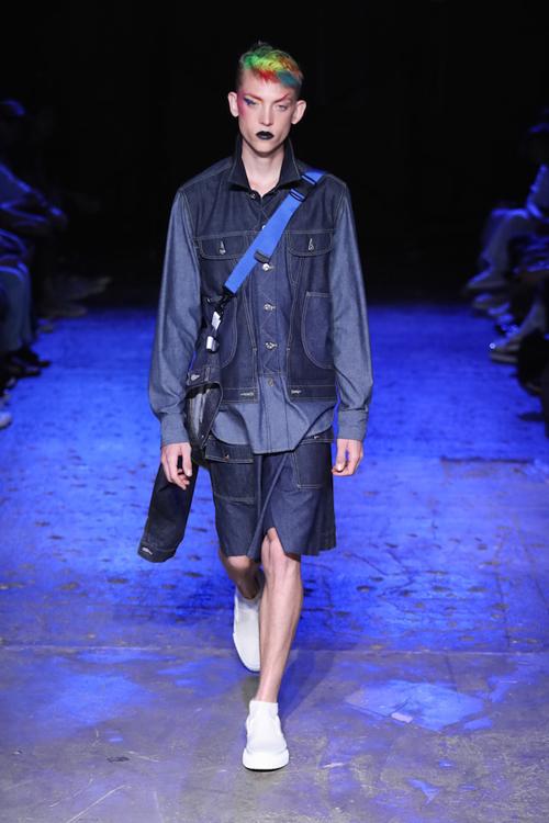 ベーシックなデニムジャケットを構造やスタイリングでツイストさせたファーストルック。モデルは Jelle Haen (イェール・ハーン) | © GANRYU