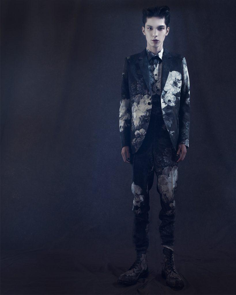 <The Look Includes> ジャケット ¥ 413,000、トラウザー ¥ 146,000、シャツ ¥ 134,000、ブーツ ¥ 189,000 全て Alexander McQueen
