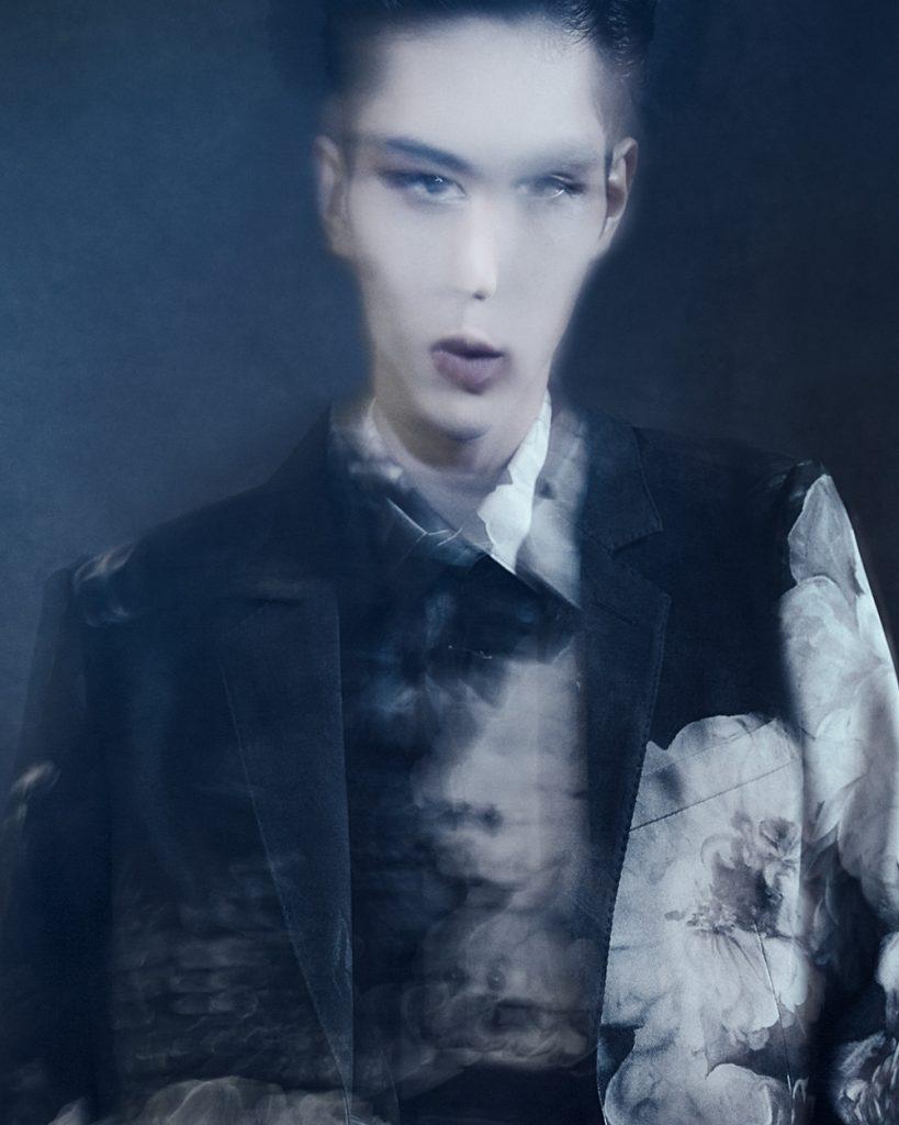 <The Look Includes> ジャケット ¥ 413,000、シャツ ¥ 134,000 共に Alexander McQueen