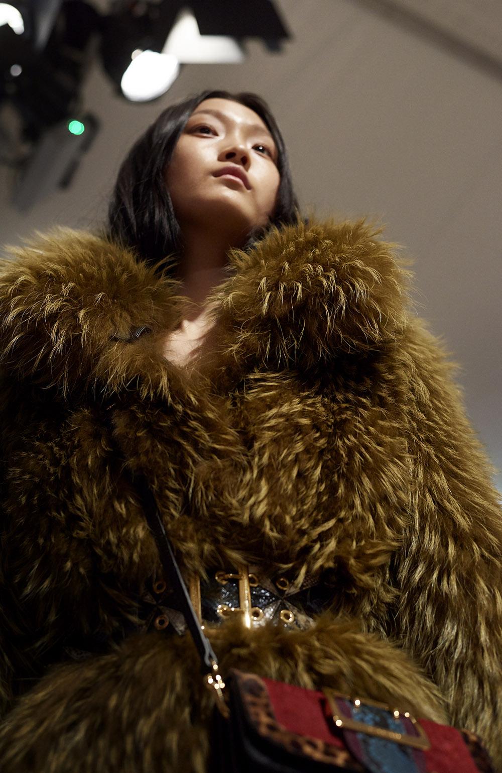 2月の寒空の中発表された Burberry の「フェブラリーコレクション」。たっぷりとした毛量のファーコートも、半年後の真夏に店頭に並ぶまで待つ必要はありません。| © Burberry
