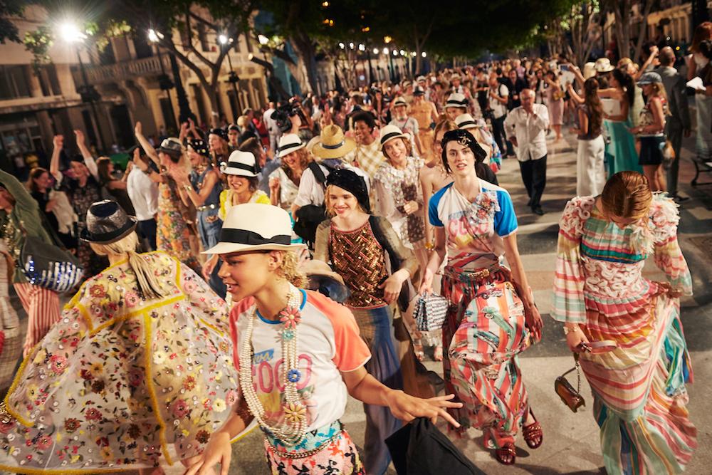 毎年世界中のリゾート地で開催される Chanel (シャネル) のクルーズコレクション。今年のテーマ地はキューバ。| © Chanel