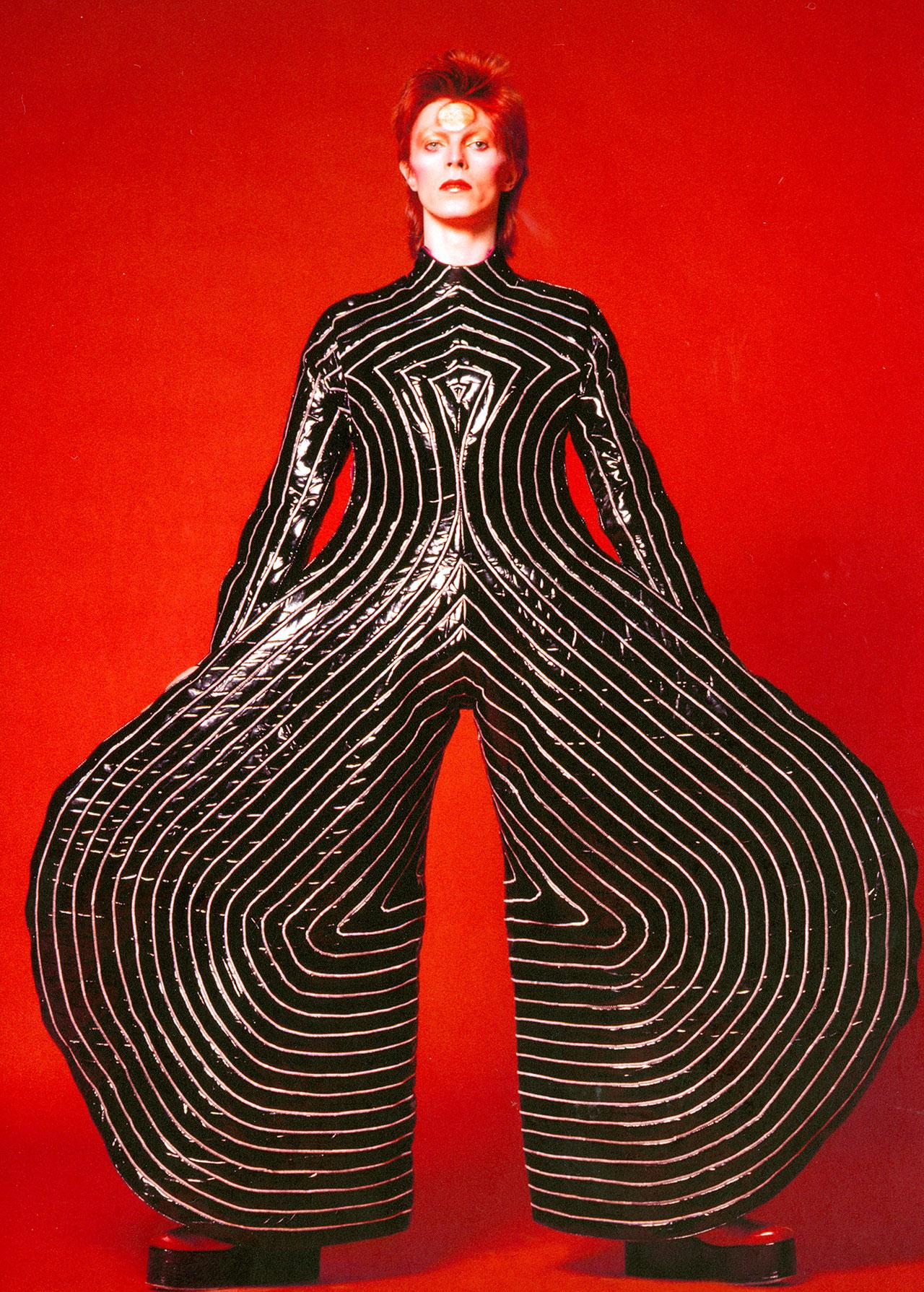 会場の入り口付近に展示されている山本寛斎による「Aladdin Sane (アラジン・セイン)」ツアーのビジュアル。鋤田正義撮影。| © Sukita/ The David Bowie Archive
